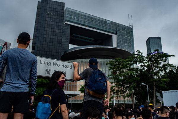 周三香港立法会大楼周围都是示威群众。