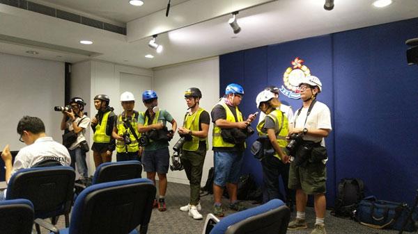 头盔反光衣眼罩 采访  记者抗议警暴力阻值勤