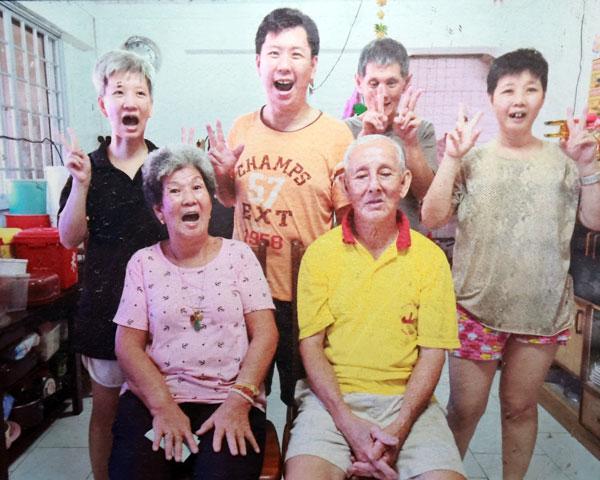 李成枝(前右)與妻子黃錦(左)以及4名子女。