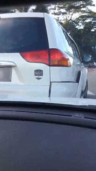男子与女事主的轿车,皆有损坏。