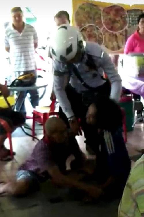英勇的华裔大叔不畏惧壮健的拒捕男子,协助警察制伏男子。