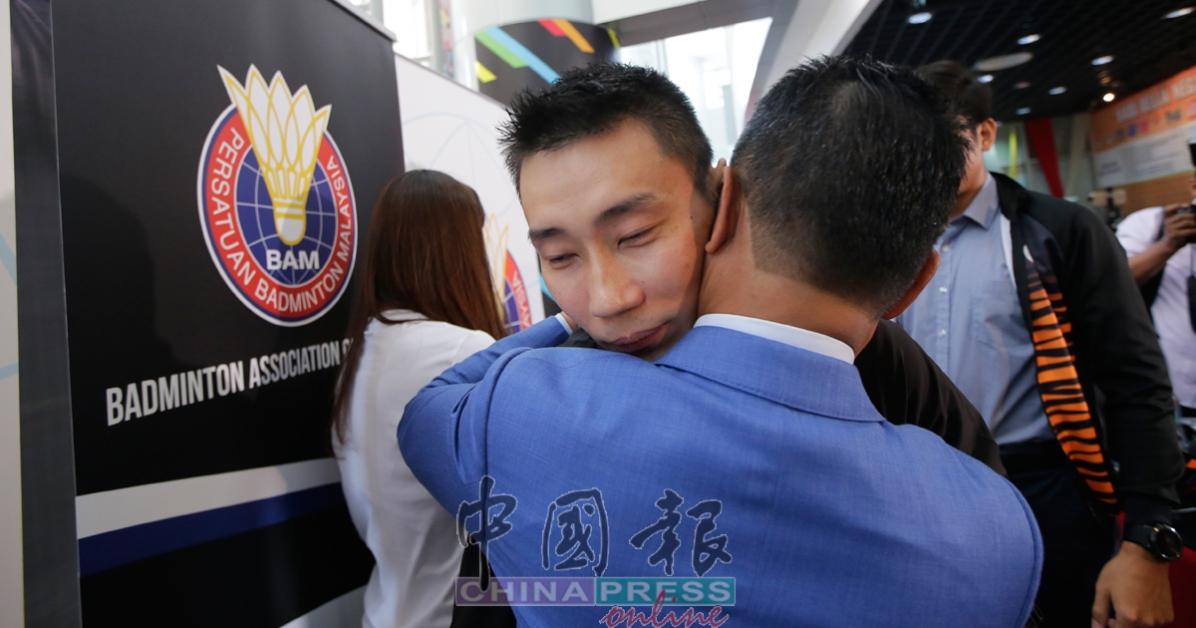 特别记者会上,诺扎与李宗伟紧紧拥抱,送上祝福。