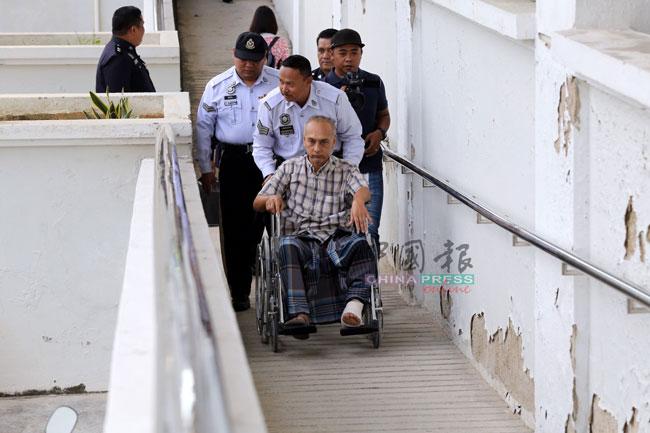 被告因身体受伤而必须坐轮椅出庭。