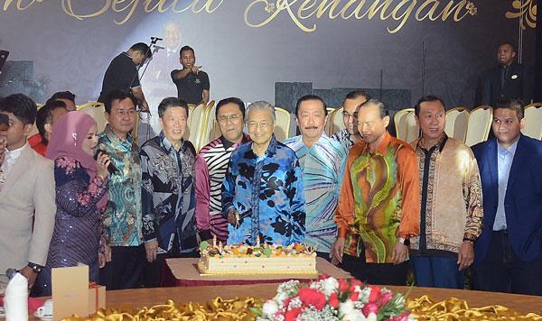 马哈迪(中)主持切蛋糕仪式,庆祝开斋节。左起为邝汉光、陈国平、马兹兰哈欣、陈志远、林伟才,及陈志成。