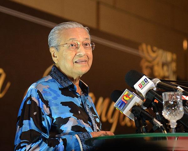 马哈迪在台上致词。
