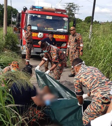 莫哈末韩丹(站者右)在现场指挥,并将死者交由警方处理。