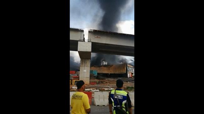 五金店突起火燃烧,令业者损失惨重。