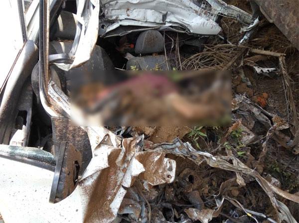 威华轿车4人夹毙在车内。