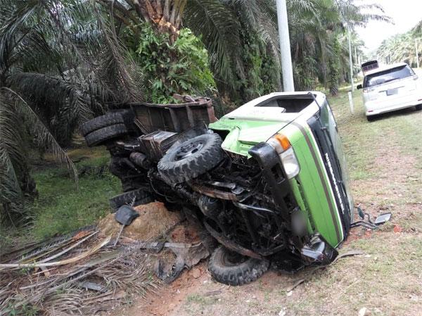 小型罗厘车祸后也失控撞向路旁。