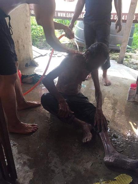 好心公众将老翁的身体冲洗干净,并给予他食物和饮料。