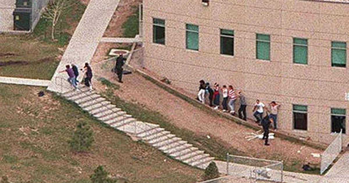 1999年,学生和教职人员正在撤离学校。阶梯底部可以见到尸体。阶梯顶端便是枪击开始的地点。