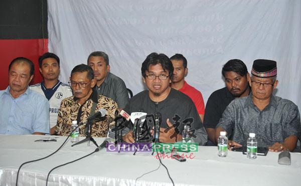 阿里芬(右2)召开记者会,宣布大马非政府组织联盟将筹资把男男性爱短片,送到美国进行鉴证。