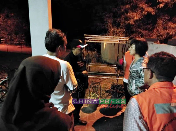 陈丽群(右2)及福利局官员得知网络帖文后,前往安老院调查。