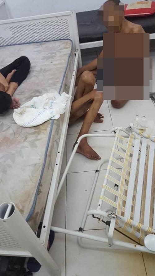 发帖者也上传照片,显示老人们光着身子,坐在地上。