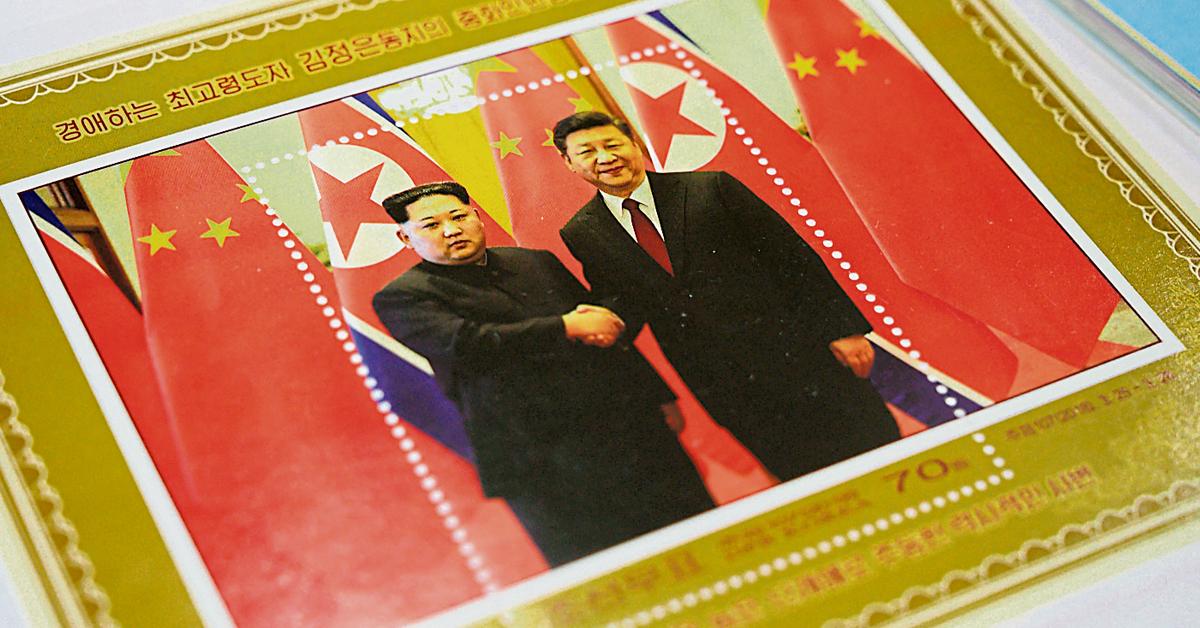 习近平将首访朝鲜,图为平壤商店出售的纪念习近平和金正恩会晤的邮票。 (法新社)