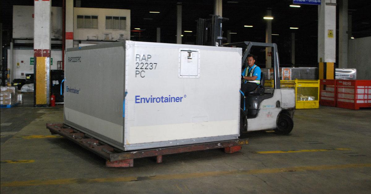 首批出口至中国的冷冻带壳榴梿放入Envirotainers温度控制集装箱,准备出口。