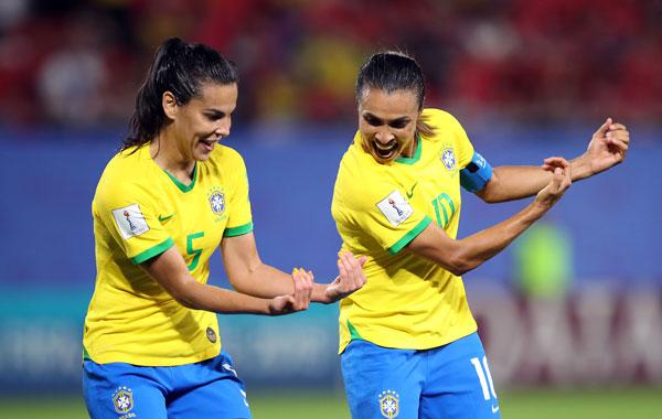 马塔(右)进球后与队友庆祝。