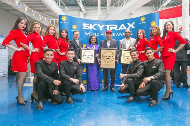 """亚航同时获颁""""亚洲最佳低成本航空""""及""""世界最佳低成本航空商务舱""""奖项。站者左5起:纳达、拉菲达、卡马鲁丁和博宁甘。"""