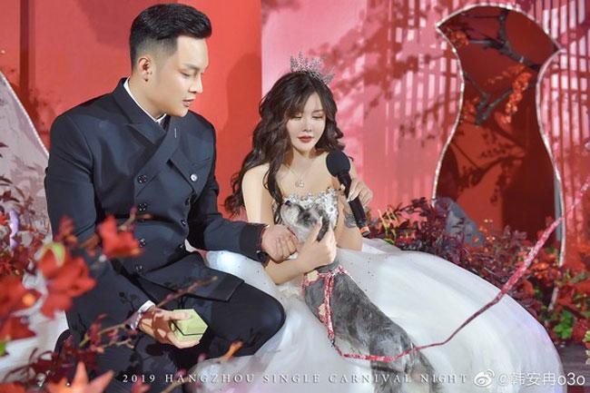 穆雅斓参加的其实是韩安冉(右)的婚礼。