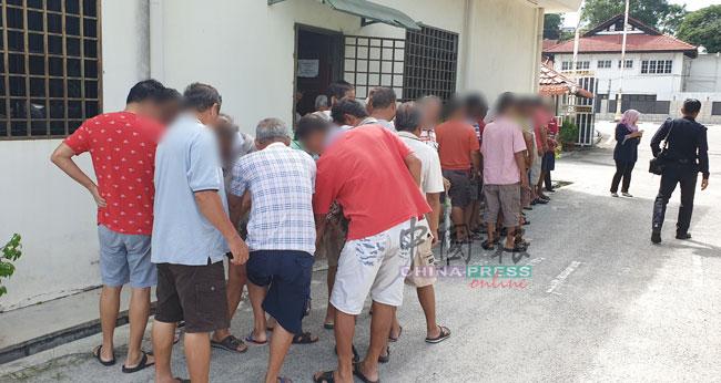 涉及赌博的32名华裔男女,被押上怡保推事庭申请延扣令。