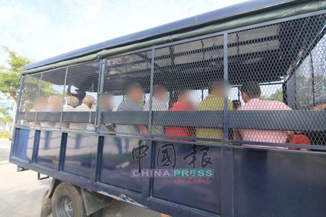 警方动用卡车载送嫌犯到法庭申请延扣令。