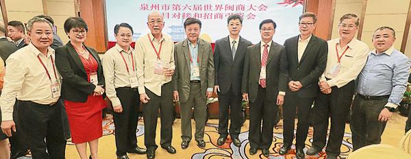 方天兴(右4)等大马华社领袖与康涛(右5),左起为刘国景、刘梅英、陈世昌、曾德发与陈康益;右起为林志伟 、郑金财与刘国泉。