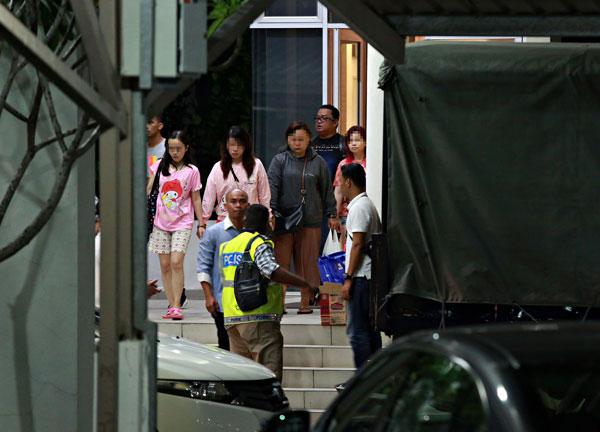 公寓单位内的4名外籍女子被扣上手铐,带返警局 调查。