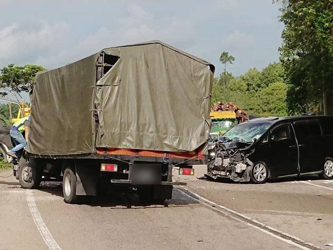 丰田Alphard休旅车不知何故驶入反方向车道,与迎面而来的罗厘相撞。