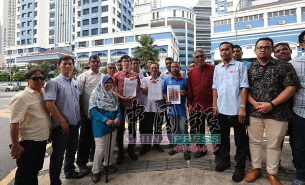 扎希尔(右5)率领党员到金马警局报案,促警方介入调查勒索安华的作家;右6为纳依米。