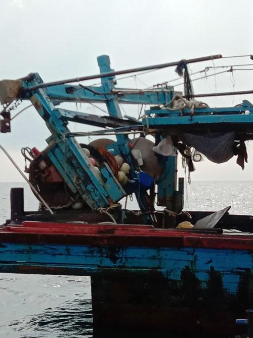 我国渔船被撞毁。