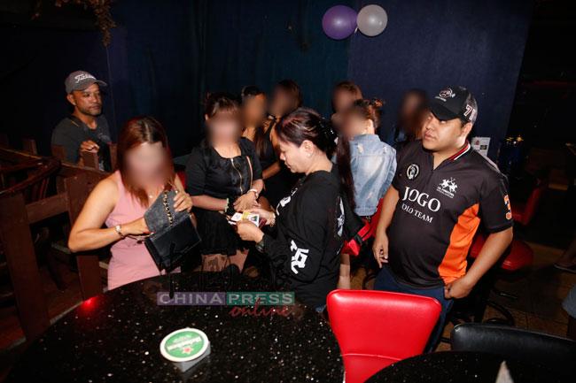 警方要求外籍女郎交出证件。