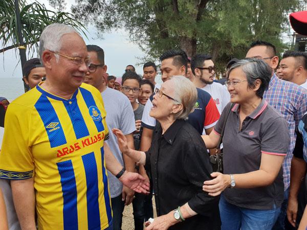 一名华裔老妇首次近距离与纳吉见面,争取机会与他拍照。