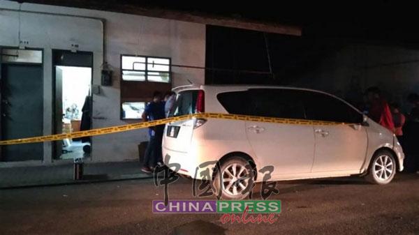 警方封锁夫妇双尸命案现场及对死者生前所驾驶的车辆调查。