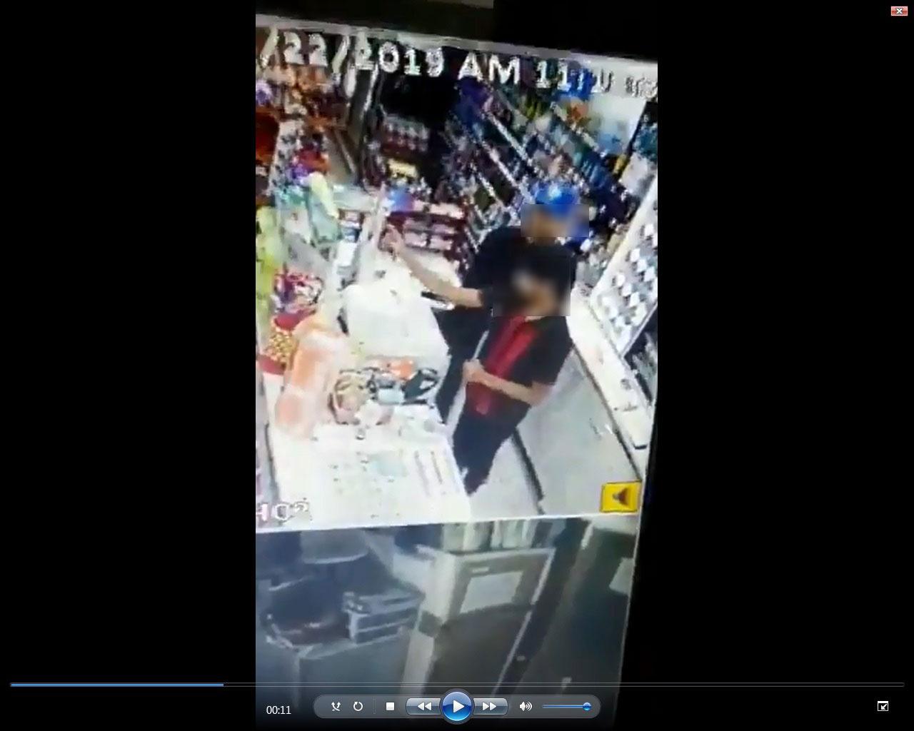 嫌犯掏出藏在衣服的刀子,制伏及恐吓店员打开收银台。