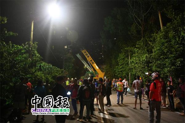 当局出动多台吊车,协助救援工作。