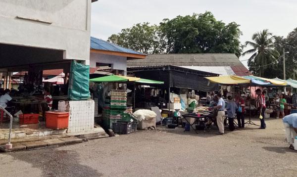 非法鱼贩明目张胆地在人潮多的巴刹门口及巴刹前摆摊子抢生意。