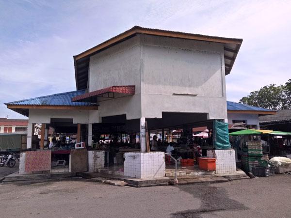 爱大华巴刹小贩面对非法小贩及蝙蝠和燕子排泄物的问题。