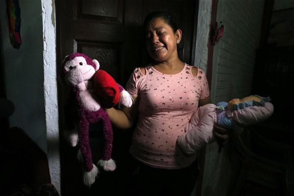 拉米雷斯母亲罗萨周二在受访时,拿着孙女巴莱里亚的洋娃娃,一边哭泣,令人鼻酸。(美联社)