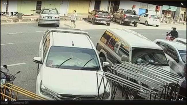 事主前往购物,共乘摩哆的2名摩哆抢匪在路上寻找猎物。