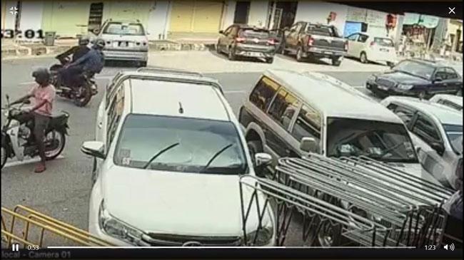 事主准备上车,共乘摩哆的2名摩哆抢匪从对面马路,转向事主的汽车后方。
