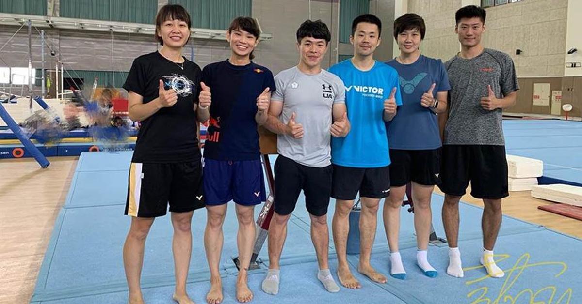戴资颖(左2)和团队接受体操教练陈智郁(左3)指导,尝试前滚翻、后滚翻,让小戴觉得很有趣。(取自戴资颖IG)