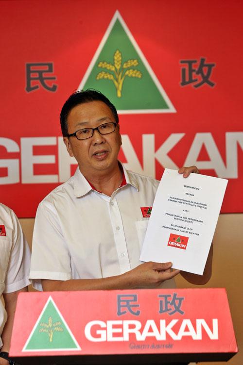刘华才展示提呈给独中统考特别委员会的备忘录。