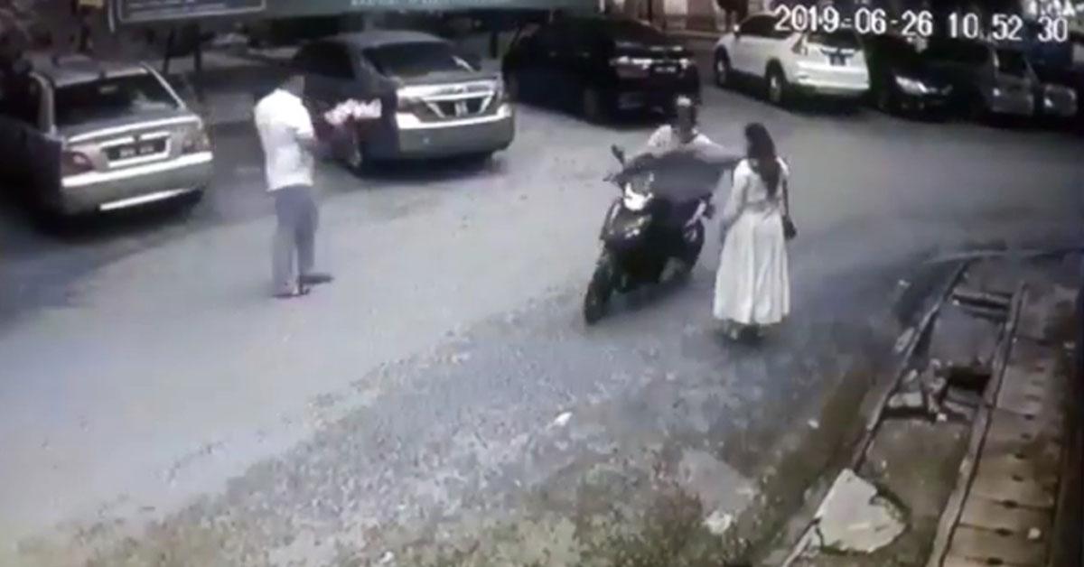 1名摩哆匪迅速掠奪女子的手機,逃離現場。