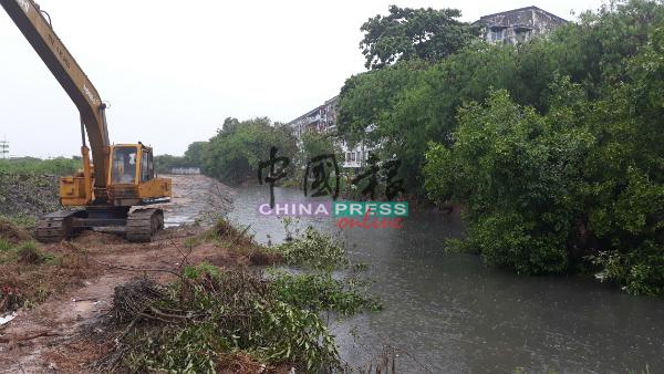 垃圾堵塞导致位于哥打拉沙马那第三期花园的排水口无法顺利排水。