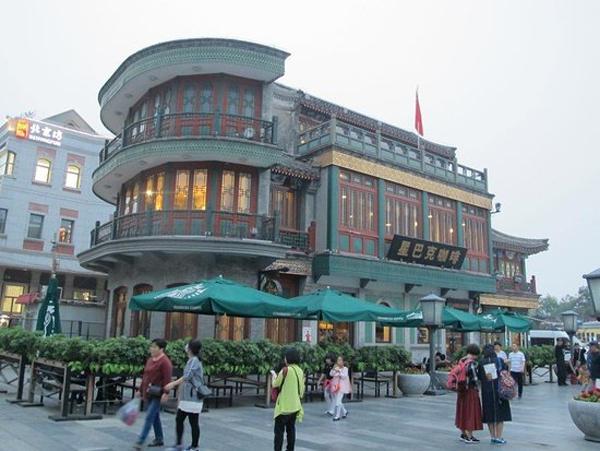 中西合并,太有北京范儿的星巴克位于北京市光华路1号嘉里中心1楼。 (图片来源:百度)