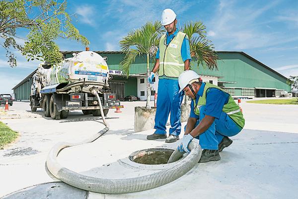 想要轻松清理化粪池,那就交由拥有专业队伍及先进疏通清洗设备的英达丽水为您服务。
