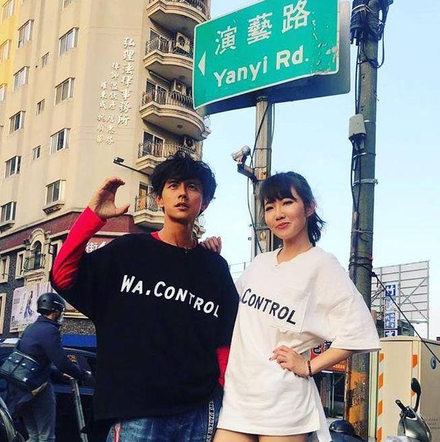 阿翔(左)与谢忻路边激吻被拍。图/脸面书