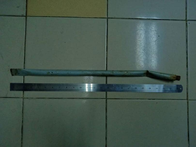 警方起获2尺长铁枝查办。