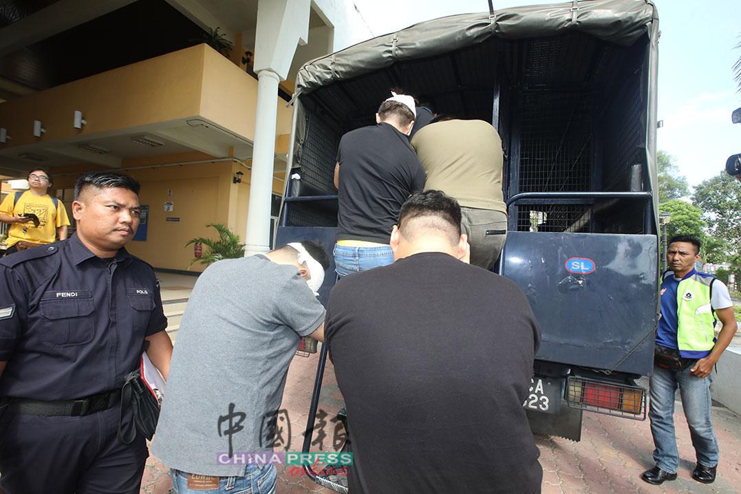 嫌犯在完成延扣程序后,被押上警方的大卡车载走。