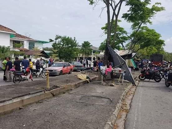 夫妇在街边摆档,被失控的轿车撞及,酿成妻死夫重伤惨剧。